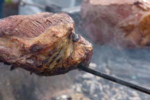 【ROCK Re:birth Dayパーティー特集(1)】甲州麦芽ビーフのモモ肉丸焼きも定番・カレーも全部ひと皿690円!