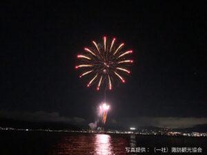 イルミネーションが光る諏訪湖で1日300発の諏訪湖オータム花火、12月13日まで実施
